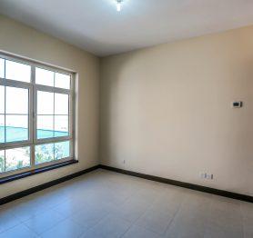 شقة سكنية مكونة من ثلاث غرف في حي البيلسان مطلة على القناة المائية ببرج المارينا