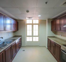شقة سكنية رحبة مكونة من ثلاث غرف في حي البيلسان بأبراج المارينا